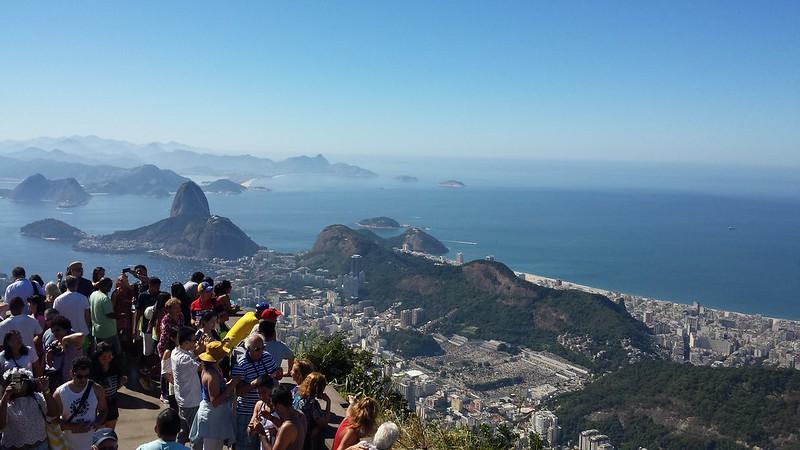 Panorâmica do Rio de Janeiro através do topo do Cristo Redentor