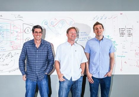 Los tres fundadores del emprendimiento digital: l Dag Kittlaus, Adam Cheyer y Chris Brigham, que vendieron el asistente digital Siri a Apple Inc., tienen la misión de hacer un Siri para Samsung.