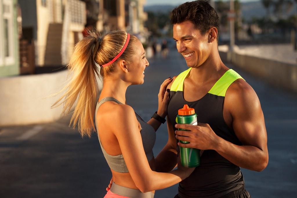 Imagen gratis de un chico y una chica haciendo deporte