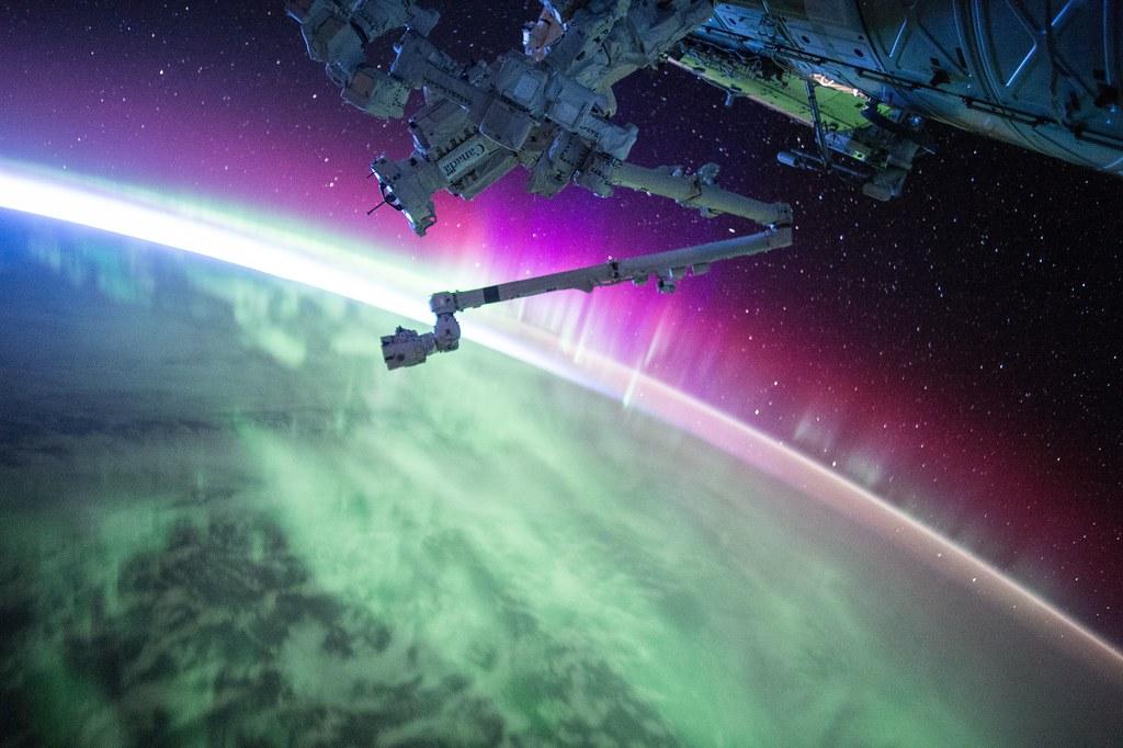 Imagen gratis de una aurora boreal desde el espacio