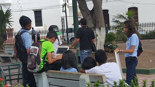 Estudiantes usan WiFi para Todos de CANTV, en la Plaza Bolívar de Calabozo, Guárico, Venezuela.