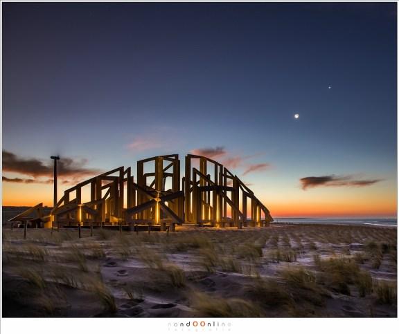 'Zandwacht', in de ochtendschemering, onder het wakende oog van de Maan en Venus