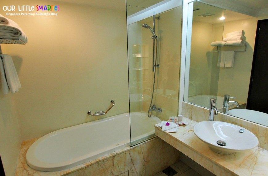 BLR Deluxe Room Bathroom