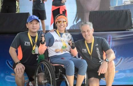 Sr. Yunxi Wei de ZTE Venezuela y el Sr. Luis Benatuil VP de Mercadeo de Movistar con la ganadora entregando premios.