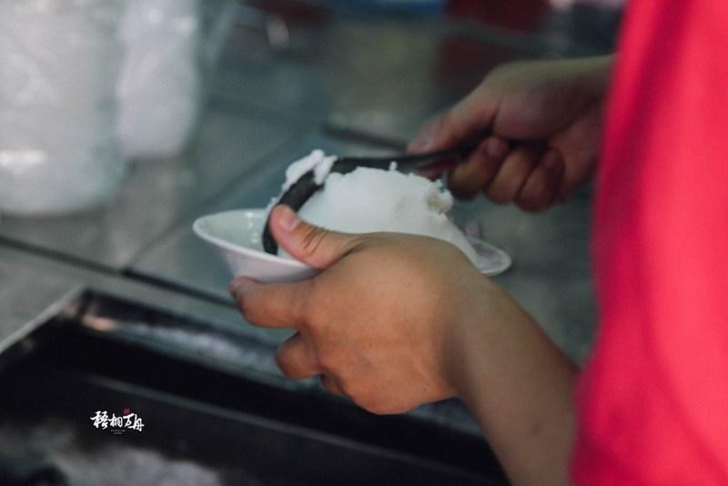 4|老闆娘正在挖著一份甜而不膩的香蕉冰