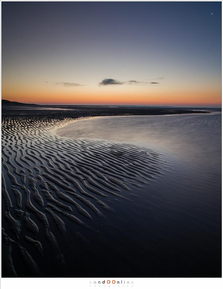 lijnenspel van het strand als begin van een dagje op de Maasvlakte