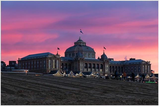 Het Kurhaus bij zonsondergang