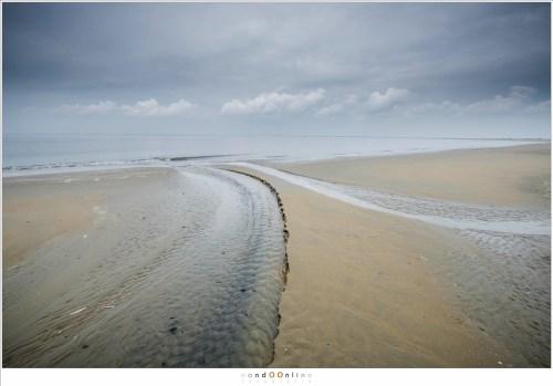 Patronen in het zand van kleine rivieren zeewater
