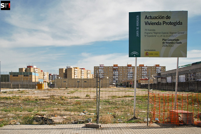 Un solar es el resultado del plan de construcción de VPO en Tres Barrios, que debería haber concluido en 2012