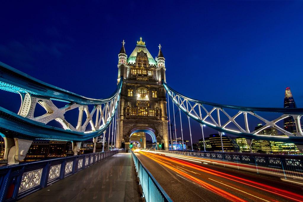 London Tower Bridge Mit Verkehr Zur Blauen Stunde London