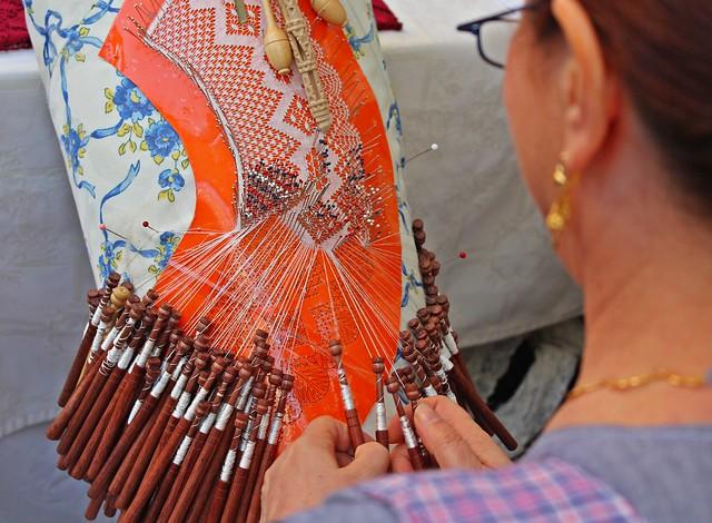 Mujer tejiendo ganchillo en Ibiza