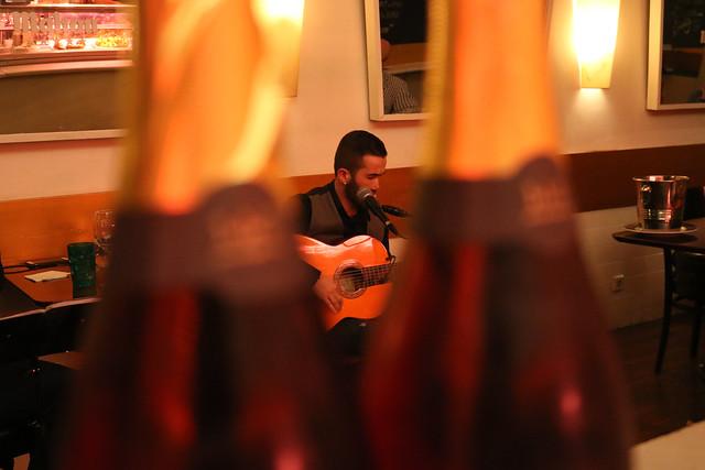 D.O. Sol Sostenible. Hugo Kwaschnowitz (Dirección, guitarra y voz), Gabriel Rocha (Guitarra y voz) y Medhi Kerrou (Chef). El Pepinillo de Barquillo.