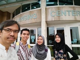Di depan gedung Lansing Center