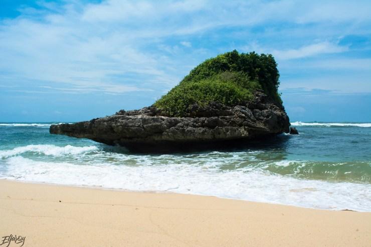 pantai-watu-leter-pulau-karang