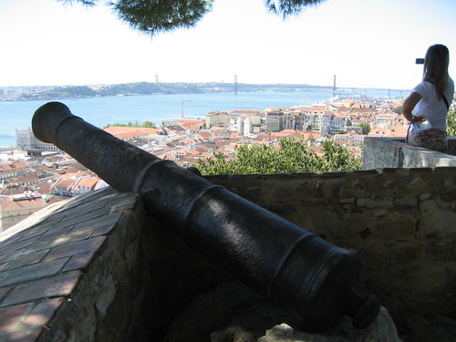 Vistas desde el Castillo de San Jorge, con el Río Tajo y el Puente 25 de Abril al fondo. ViajerosAlBlog.com.