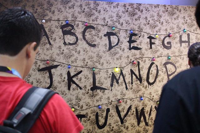 Painel de letras dispostas na parede, como na série Stranger Things