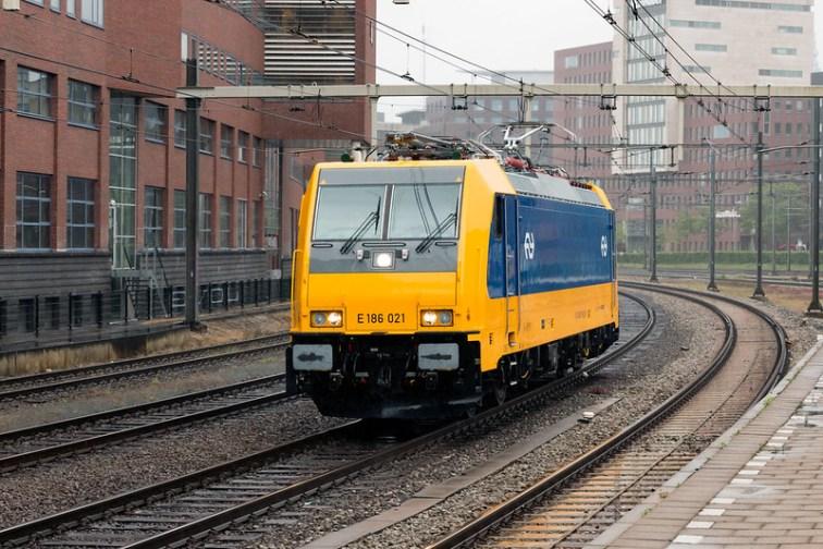 NS 186 021 van de fabriek op weg naar Zaanstraat komt door Amersfoort op 23 mei 2016