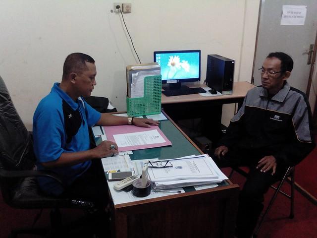 Salah Satu Utusan Parpol tengah Dilayani Petugas KPU Kabupaten Tulungagung