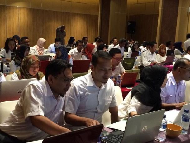 Tony (tengah), staf KPU Tulungagung serius mengikuti bimtek SIPP(11/8)
