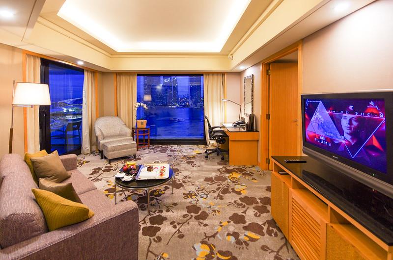 marina bay suite living room at mandarin oriental singapore