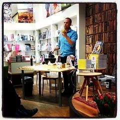 Och här stod @JohanHedberg på #Akademibokhandeln och sjöng det bryta smörets lov. Underhållande, roligt och inspirerande!