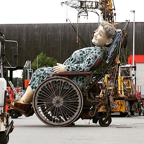 Oma vangt een uiltje #dereuzen #antwerpen #royaldeluxe