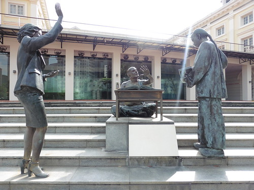 Estatua urbana From Chettiars to Financiers (2002) de Chern Lian Shan, situada cerca de Asian Civilisation Museum, en Singapur.