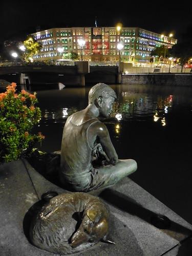 Estatua urbana Fishing at Singapore River (2004) de Chern Lian Shan, situada cerca de The Riverwalk, en Singapur.