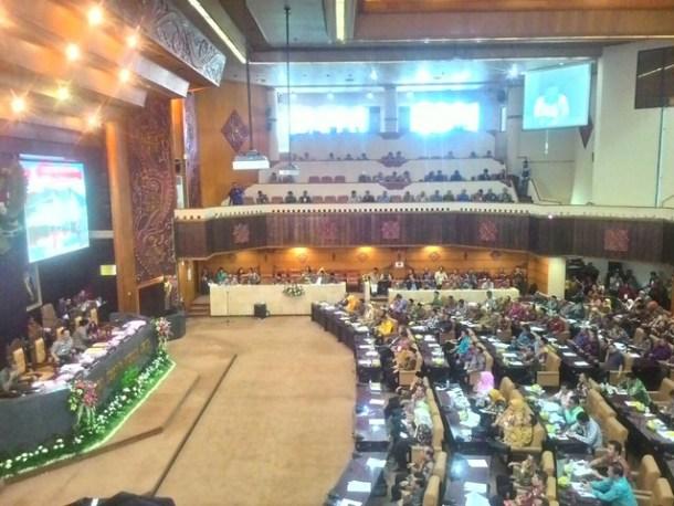 Suasana dialog kebangsaan di Ruang Rapat Paripurna DPRD Jawa Timur (19/11)
