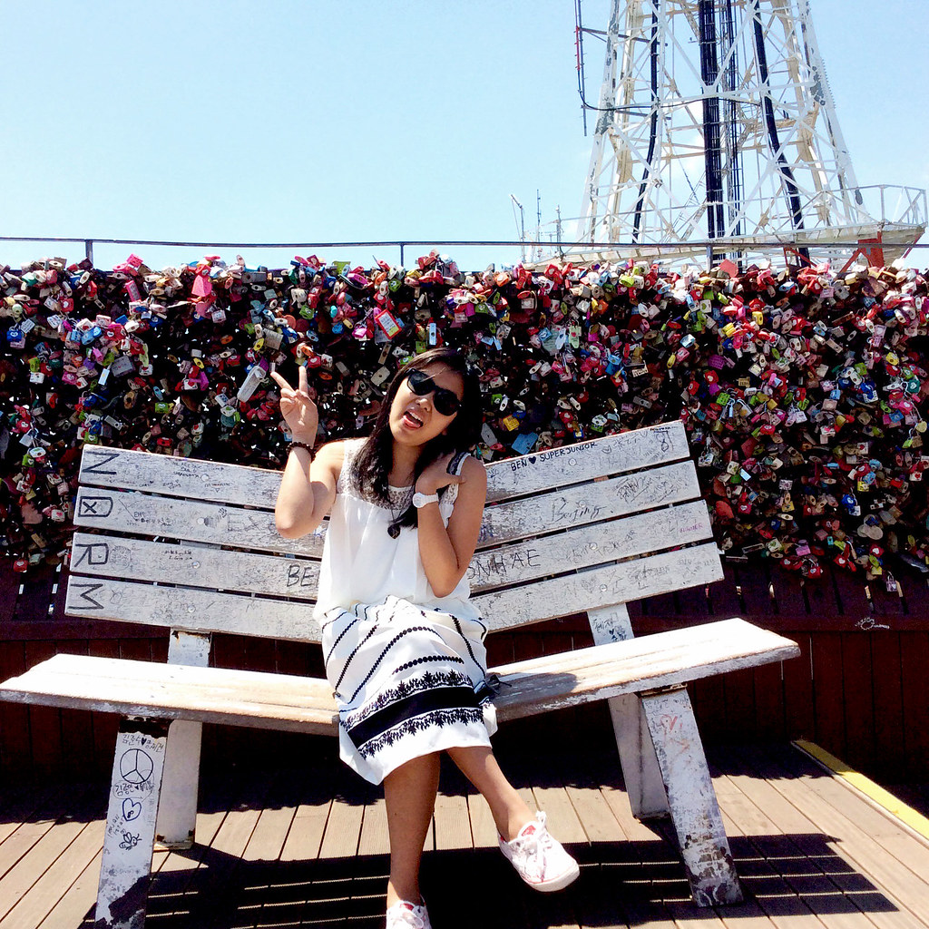 A girl in a bench with lovelocks on her background