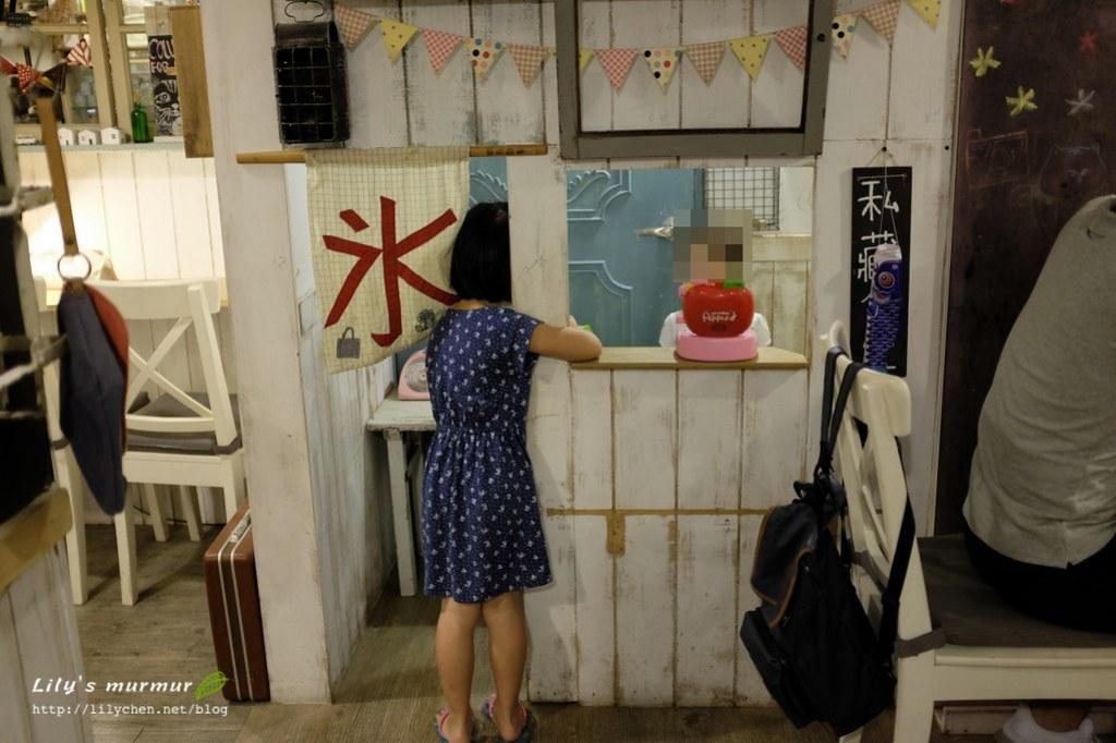 有個小小冰館可以讓孩子在裡面玩賣店遊戲。