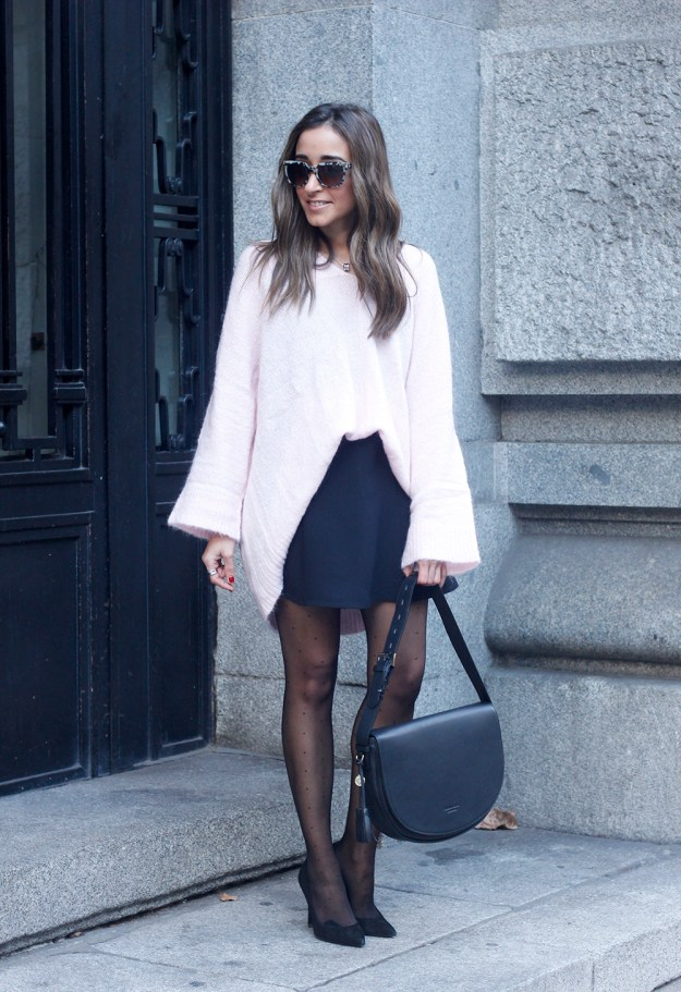 Pink sweater black skirt bulgari ring gloria ortiz bag heels outfit styel fashion07