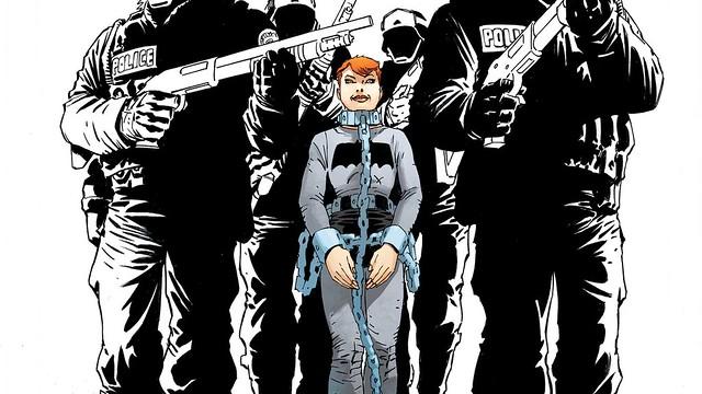 Carrie, filha de Bruce Wayne, escoltada e acorrentada