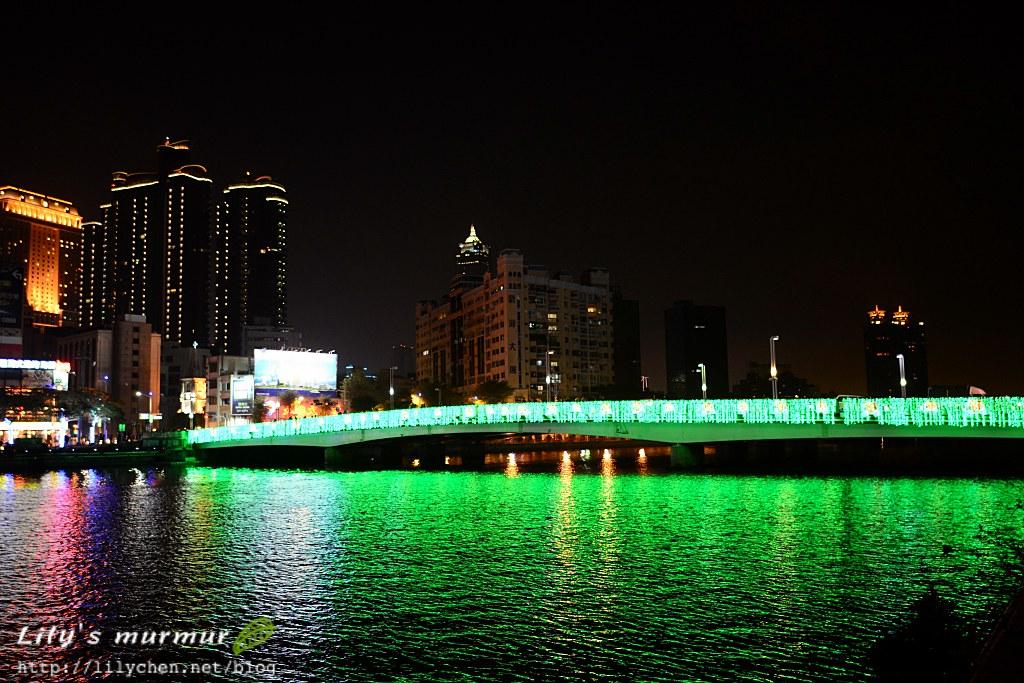 橫跨愛河的橋也加上了燈飾點綴。