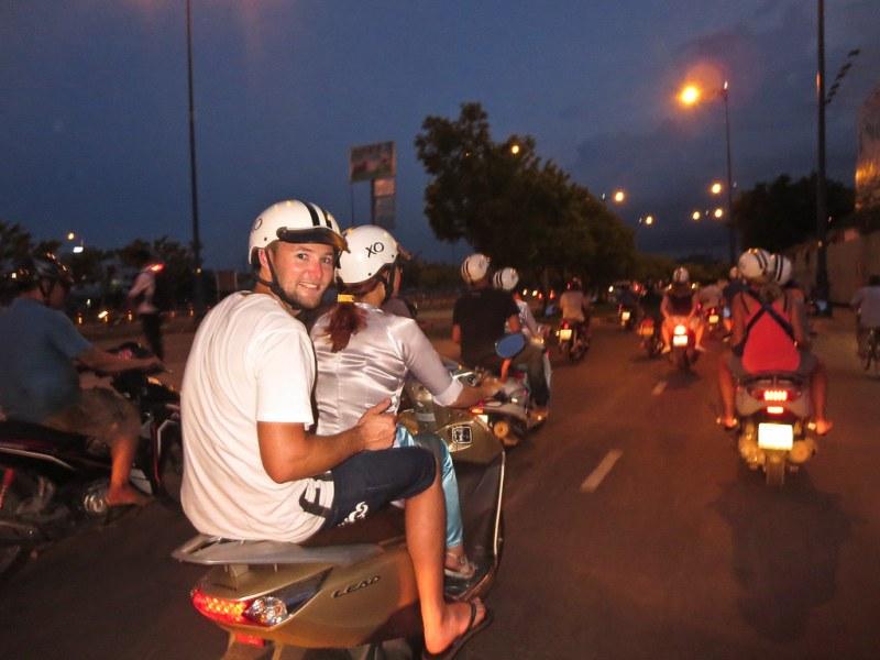 这辆车会比摩托车更有可能是在当地的街道上,在哪?《格兰德维奇》,《Will》的《美食》是个好主意!