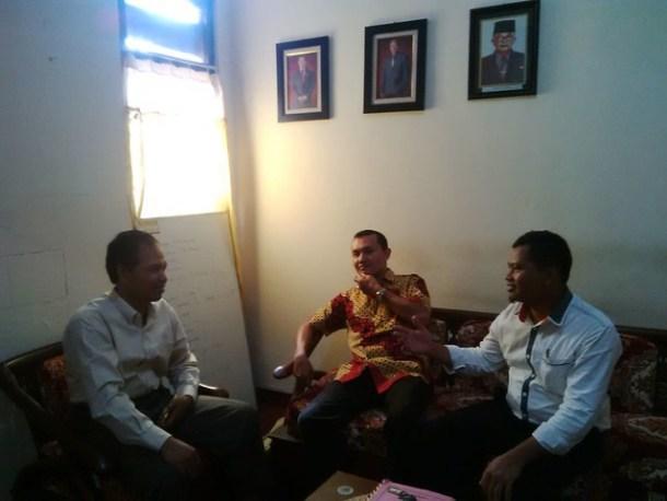 Ketua KPU Kab.Trenggalek Suripto (kiri) berdiskusi dengan Suyitno Arman dan Suprihno (25/5)