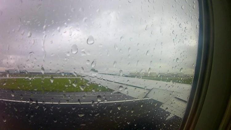 Despegando en Schiphol con lluvia