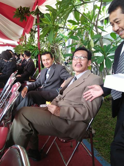 Suyitno Arman (belakang), saat menghadiri upacara penurunan bendera di Pemkab Tulungagung(17/8)