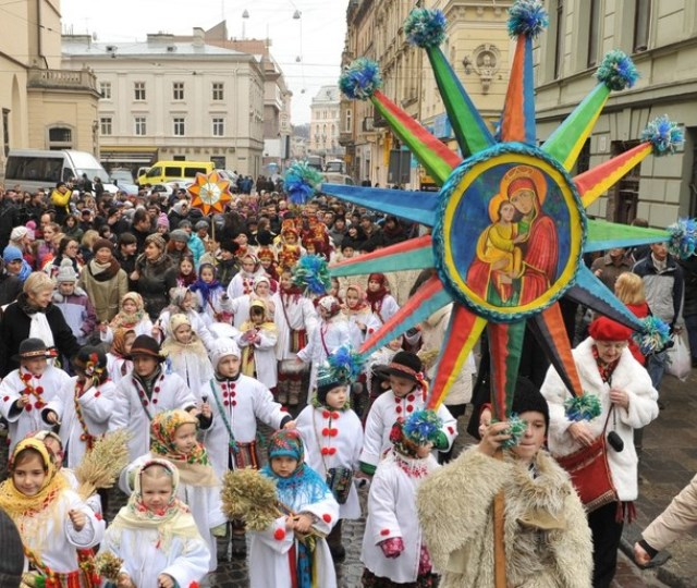 Children wearing traditional clothes take part in Orthodox Christmas Eve celebration in the western Ukrainian city of Lviv  on January 6, 2014,   AFP PHOTO/ YURIY DYACHYSHYN