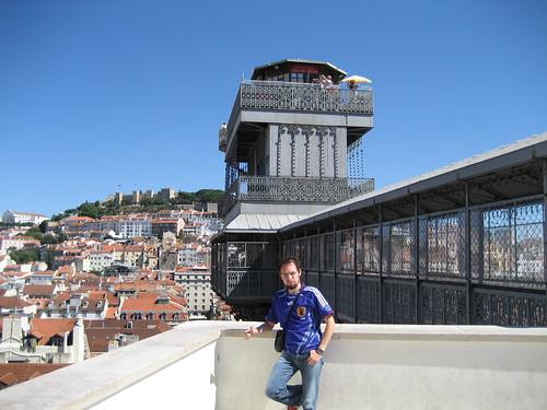 Parte superior del Elevador de Santa Justa, con el Castillo de San Jorge al fondo. ViajerosAlBlog.com.