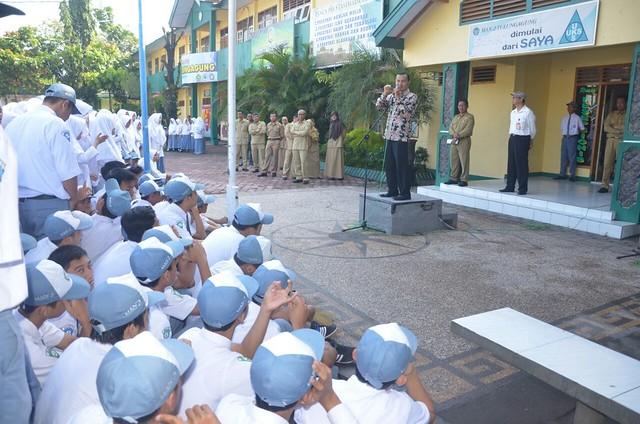 Suyitno Arman saat didaulat sebagai inspektur upacara di MAN 2 Tulungagung(28/11)