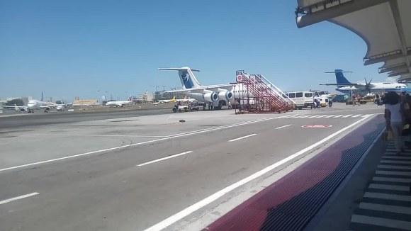 Caminando hacia un British Aerospace 146 en Manila