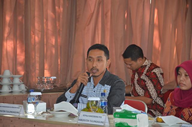 Agus Sugiyanto saat menyampaikan pemikirannya dalam dalam FGD Pemutakhiran Data Pemilih Berkelanjutan Tahun 2016(29/7)