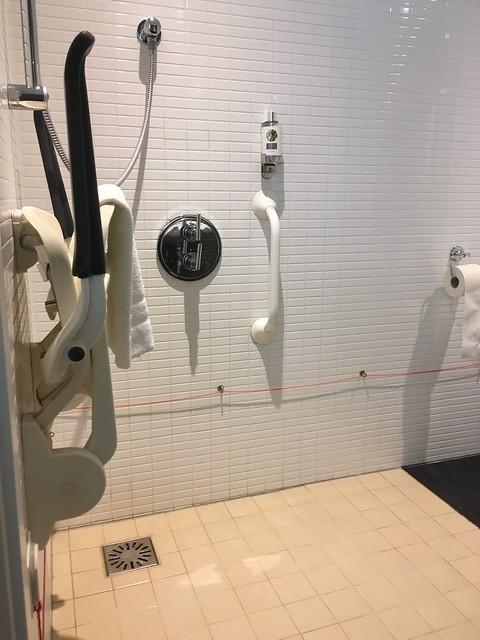 esteetön hotelli suihku kylpyhuoneessa