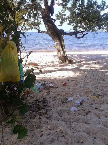 Lixo na praia de Pajuçara