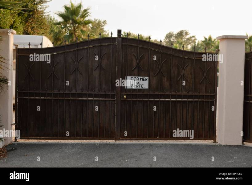 Fermer Stock Photos   Fermer Stock Images   Alamy Sign on a gate  Fermer la porte   Close the Gate door
