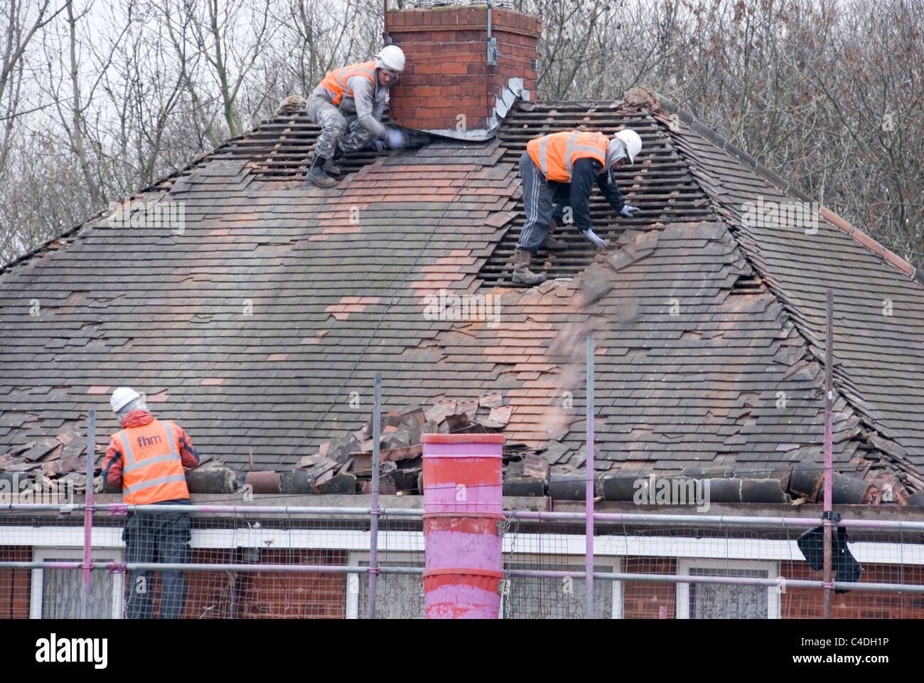 https://i2.wp.com/c8.alamy.com/comp/C4DH1P/three-men-roof-of-house-roof-stripping-off-old-tiles-re-roofing-acis-C4DH1P.jpg