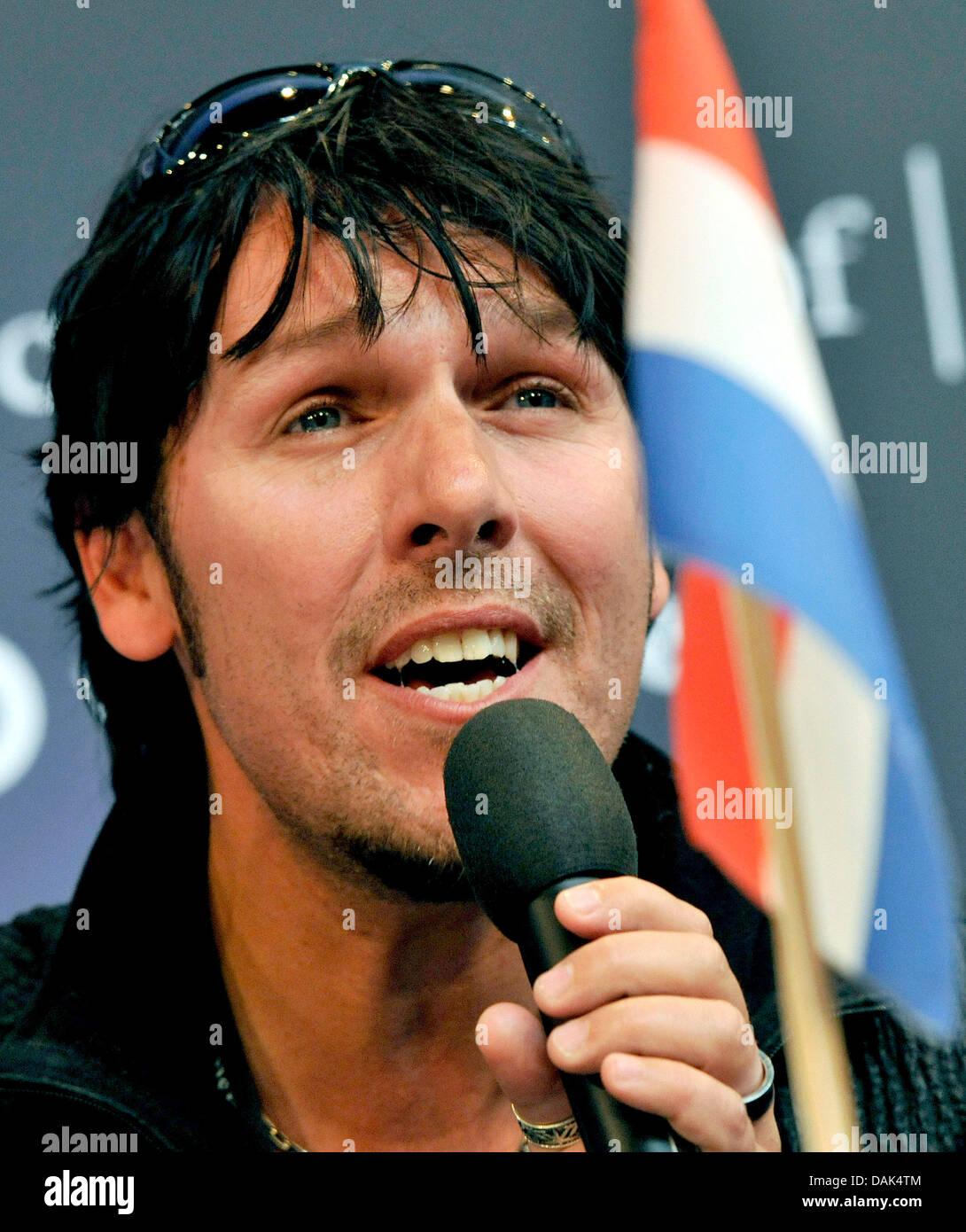 https www alamy com stock photo singer jan dulles of 3js representing the netherlands speaks during 58198580 html