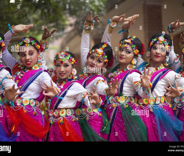 Dhaka Bangladesh 13th Feb 2016 Bangladeshi Girls Perform A Traditional Dance During