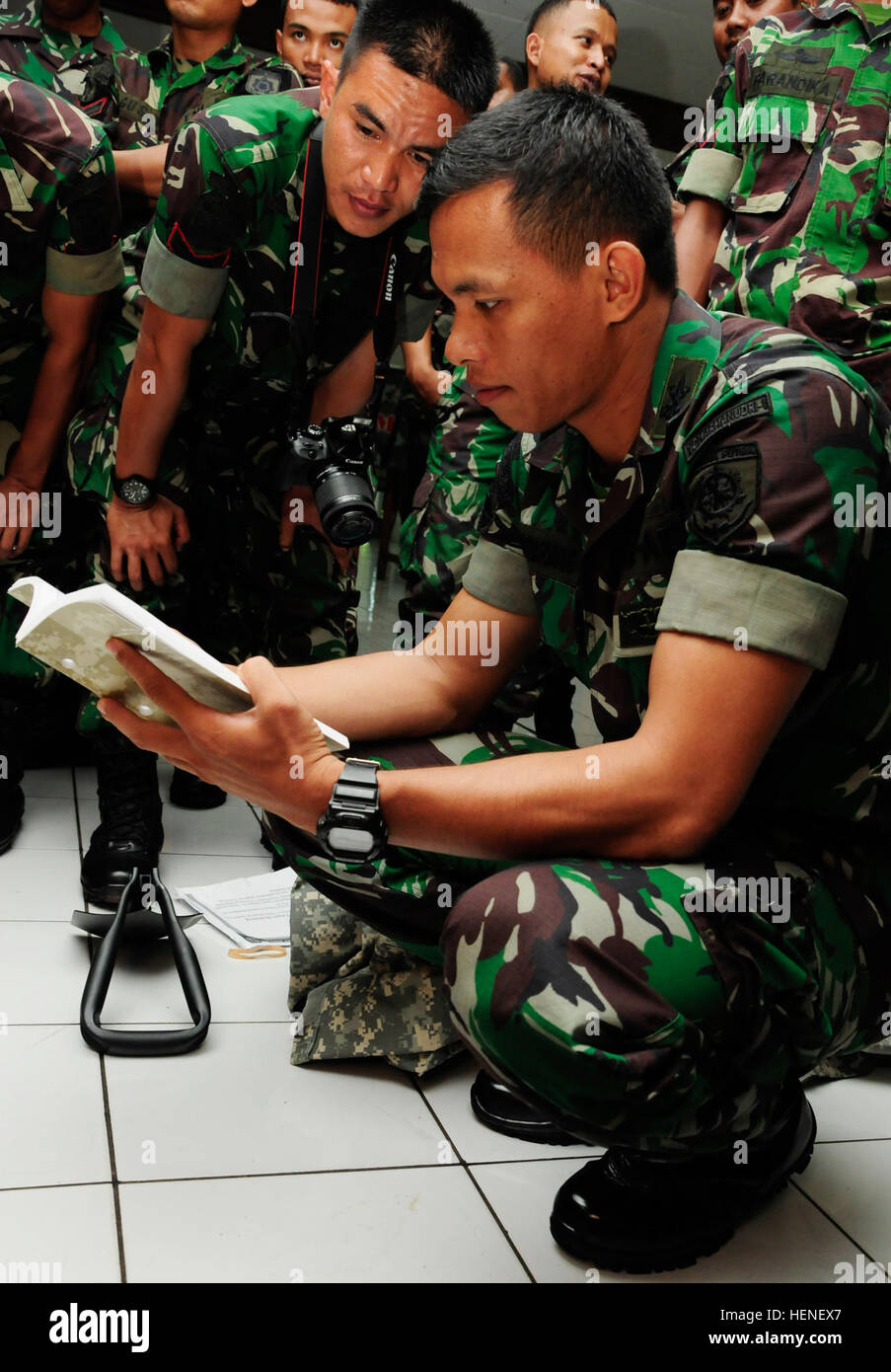 Leadership Of The Tentara Nasional Indonesia Angkatan Darat Tni Ad Flip Through The Army Level One Smart Book During The Hawaii Army National Guard State